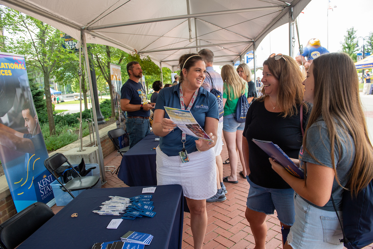 Kent State representative talks to student and family at Preview KSU
