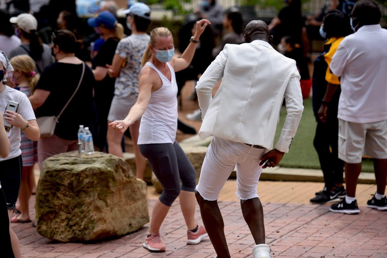 Professors Amy Fritsche and Gregory King dance during protest