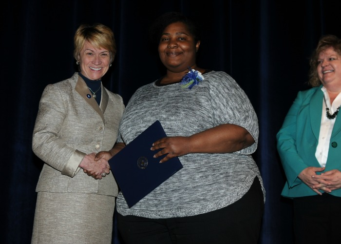 Inductee Rochelle Gray shakes President Warren's hand after receiving her 20-Year certificate from Associate Provost Melody Tankersley