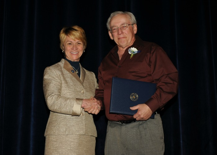 Ralph Ridenour, 2015 20-Year Club Inductee, shakes hands with President Warren