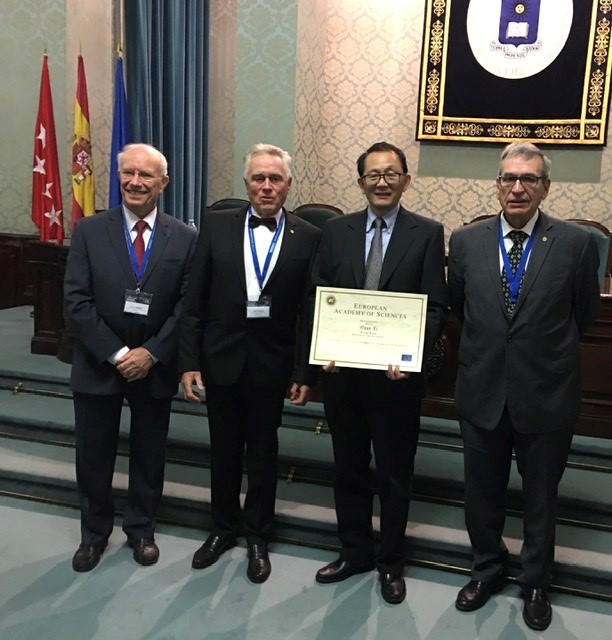 Quan Li stands with members of European Academy of Sciences
