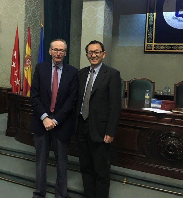 Quan Li stands with a member of European Academy of Sciences