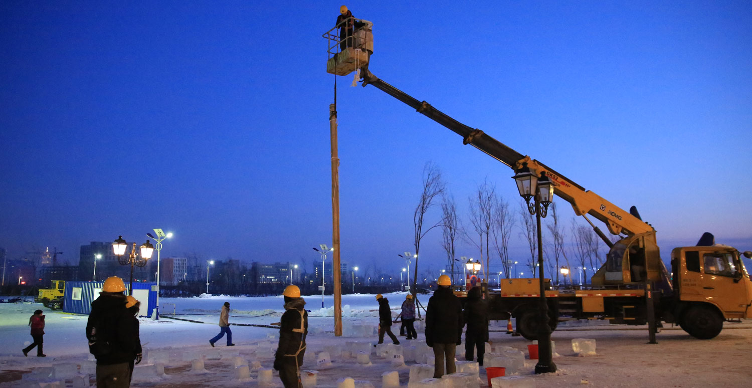 Kent State students set up the first of three poles to build their award-winning ice sculpture.
