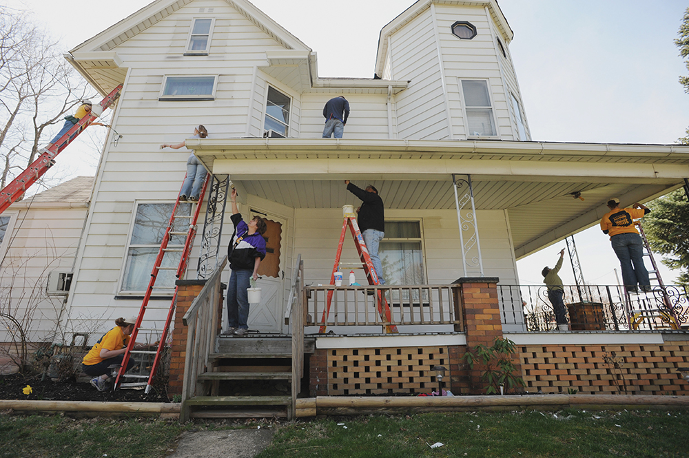 Kent State alumni volunteers paint a house for Hammer & Nails, Inc., a Canton-based nonprofit dedicated to helping disadvantaged area homeowners with home and property repairs.