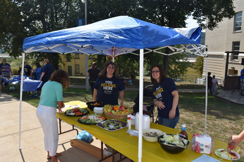 Sociology Students offer fresh food at the Fall Welcome Back Fest 2015