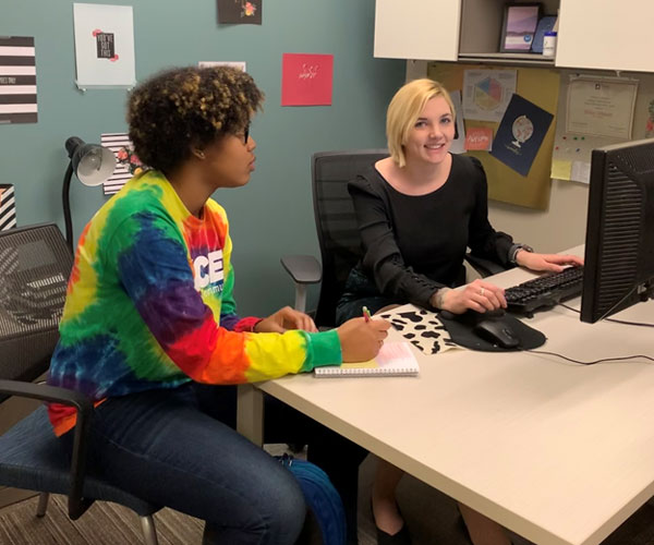 A student meets with an exploratory advisor