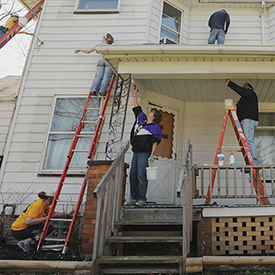 Kent State alumni volunteers paint a house for Hammer & Nails, Inc.
