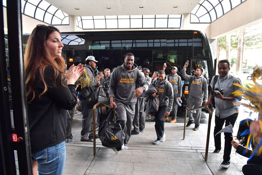 Kent State Mens Basketball Team Arrives in California