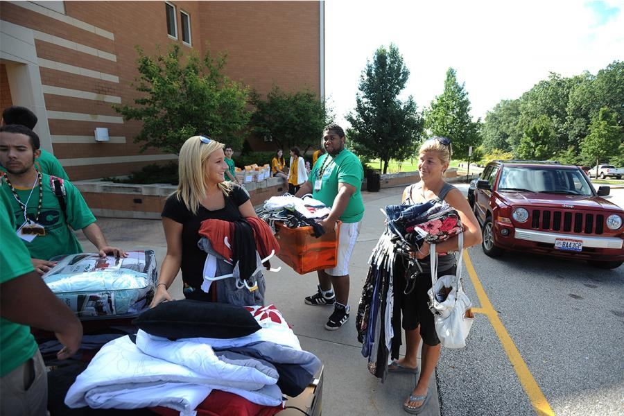Kent Interhall Council students help an incoming freshman and her mom move into one of the Centennial Court residence halls during freshman move-in day.
