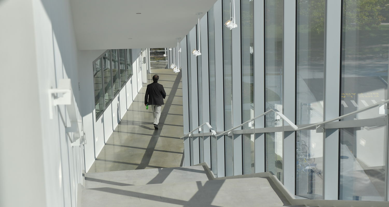 A continuous fire stair on the building's south facade connects the three studio levels. Conceived as a vertical campus quad, this cantilevered route is meant to visually link the building's interior with the campus.