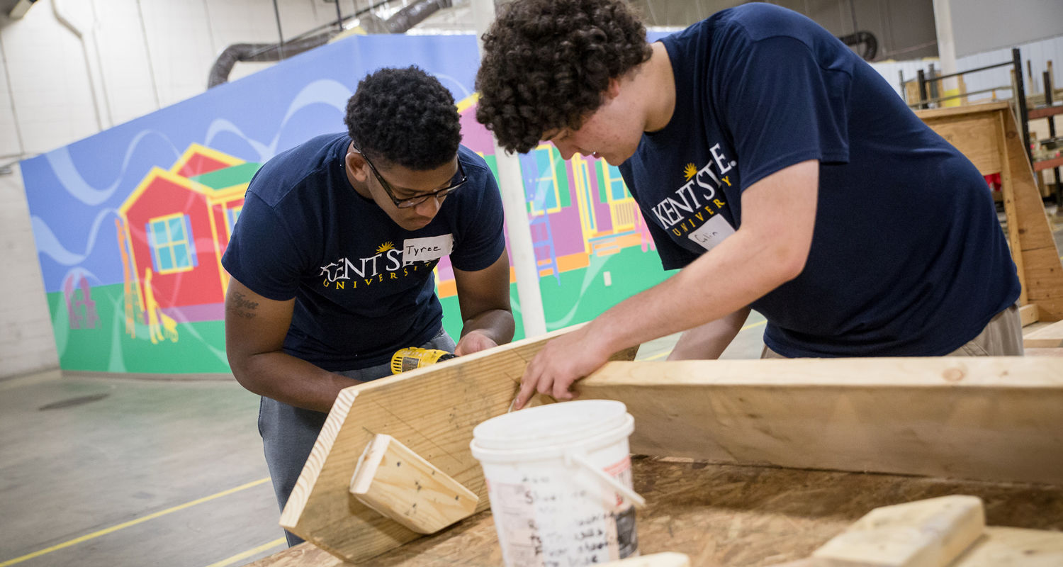 Students build steps at Habitat for Humanity ReStore during a FYE Summer Service Project day.