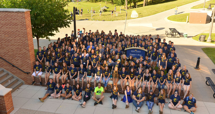 Honors students take a photo during the annual Honors Community Picnic held during Welcome Weekend.