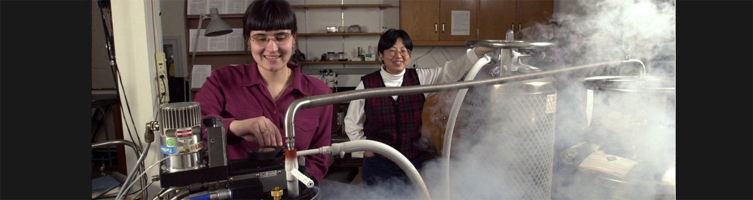 Transferring liquid helium for study of superconductors