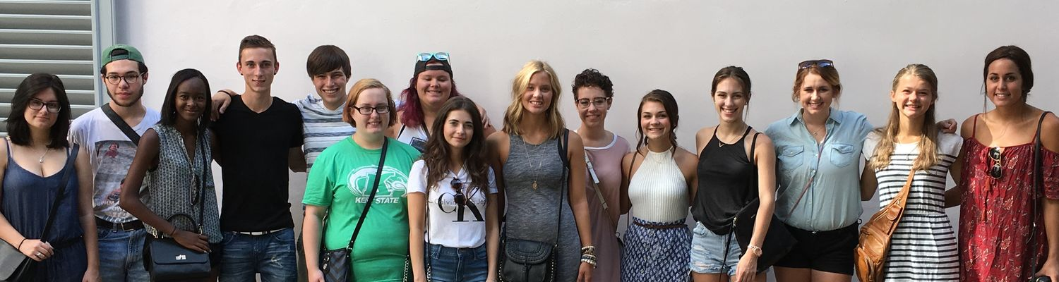 Fall 2016 Freshmen in Florence students pose for a photograph.