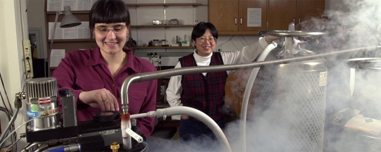 Transferring liquid helium for study of superconductors