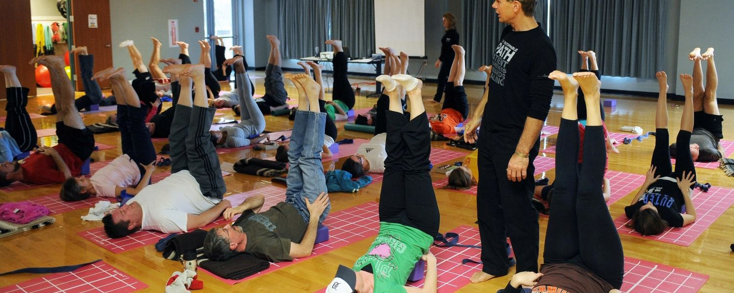 Ed Dailey of the Urban Zen Integrative Therapy program leads a class of Kent State nursing students.