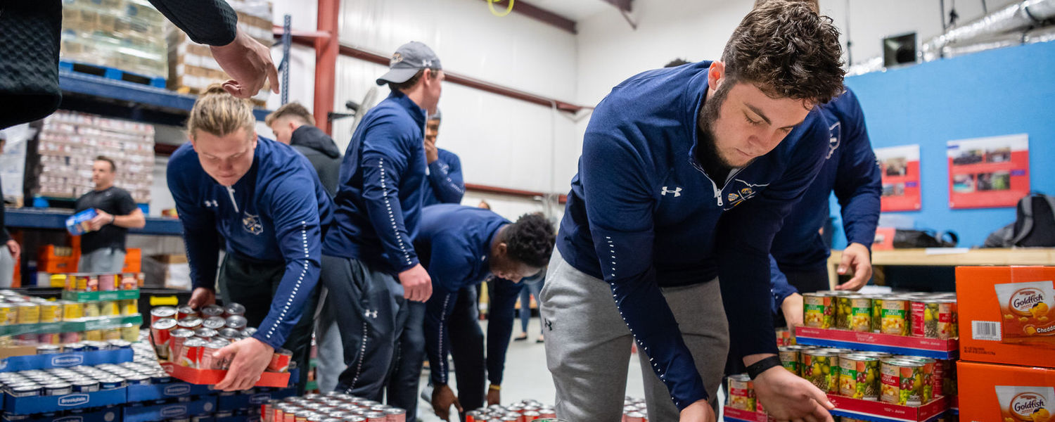Kent State Football Players Prepare Meals for Needy in Frisco, Texas