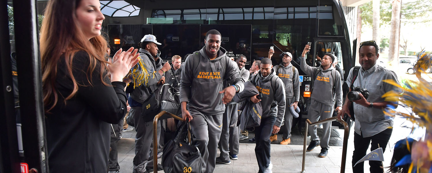 Kent State Mens Basketball Team Arrives in California