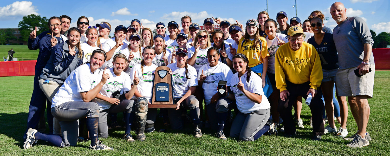 The Kent State softball team poses with the 2017 MAC Softball Tournament Championship trophy.
