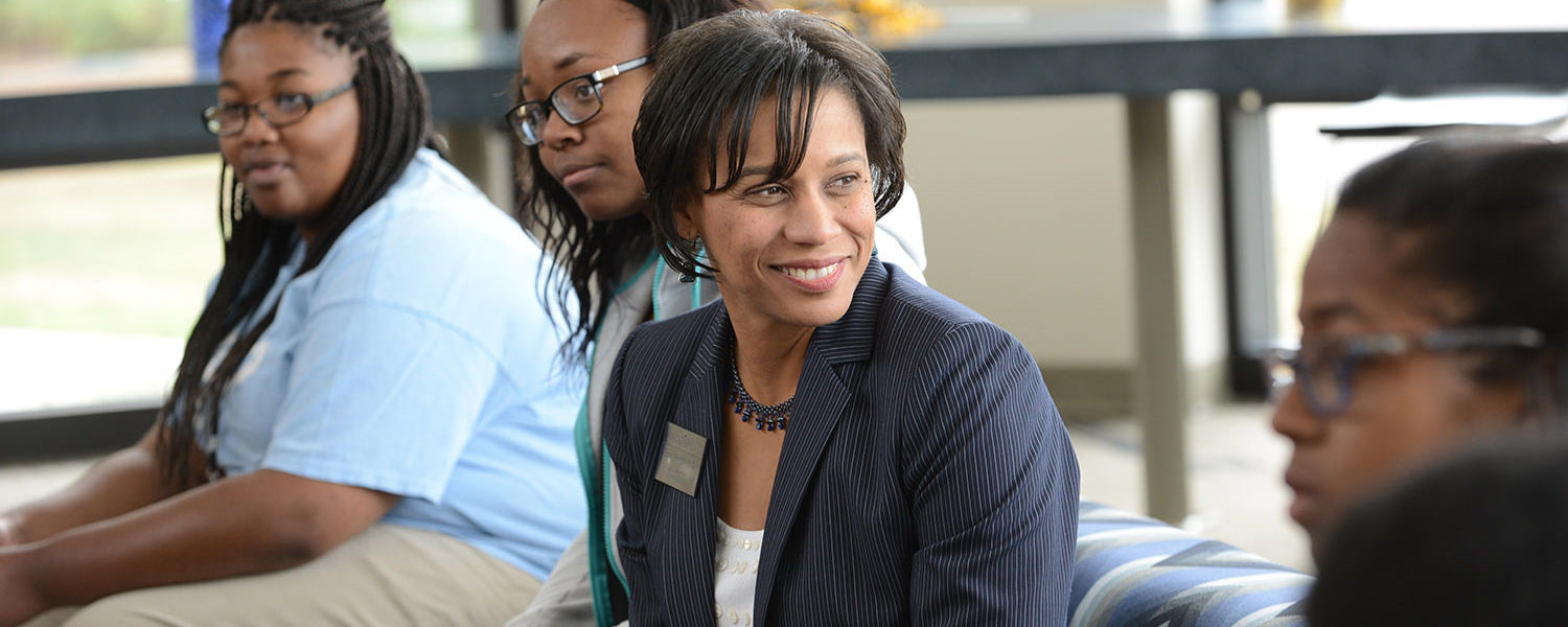 Eboni Pringle, dean of the University College at Kent State, meets with incoming students during a Kupita/Transiciónes event.