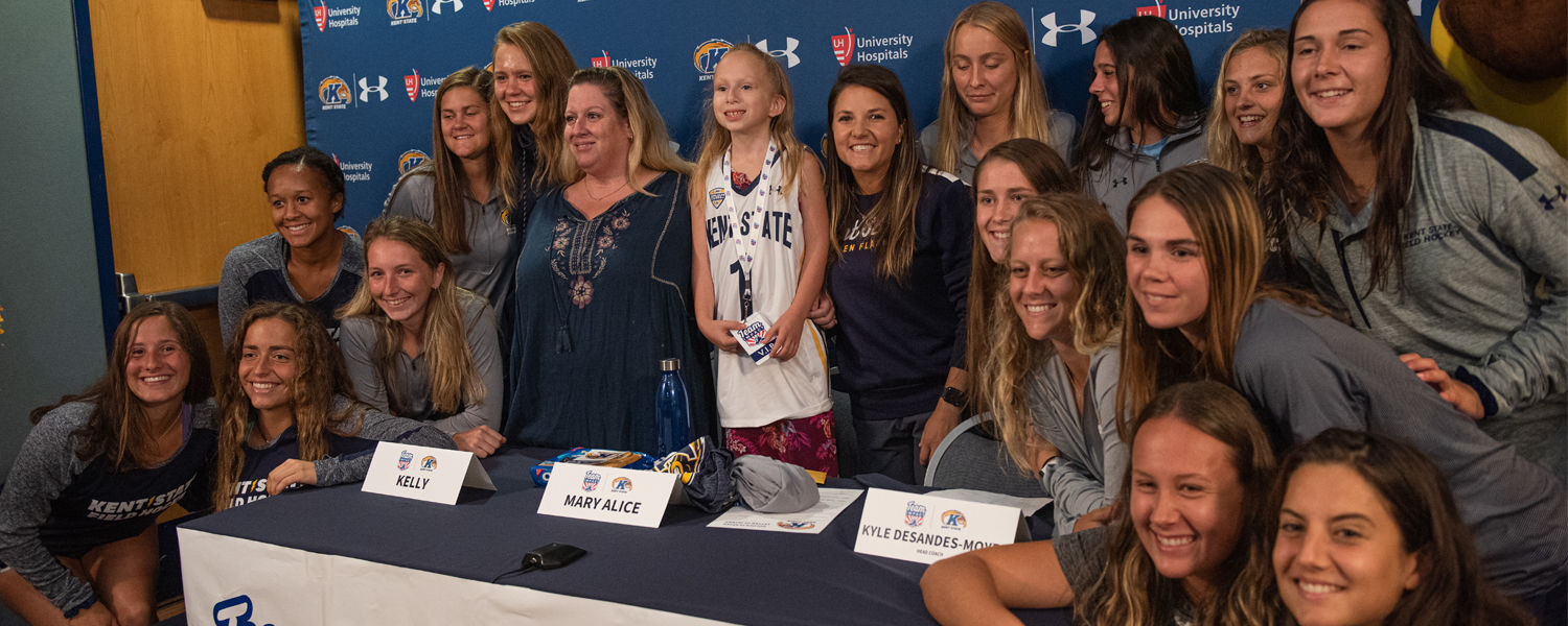 Kent State Field Hockey Team and 10-year-old Mary Alice Tryda