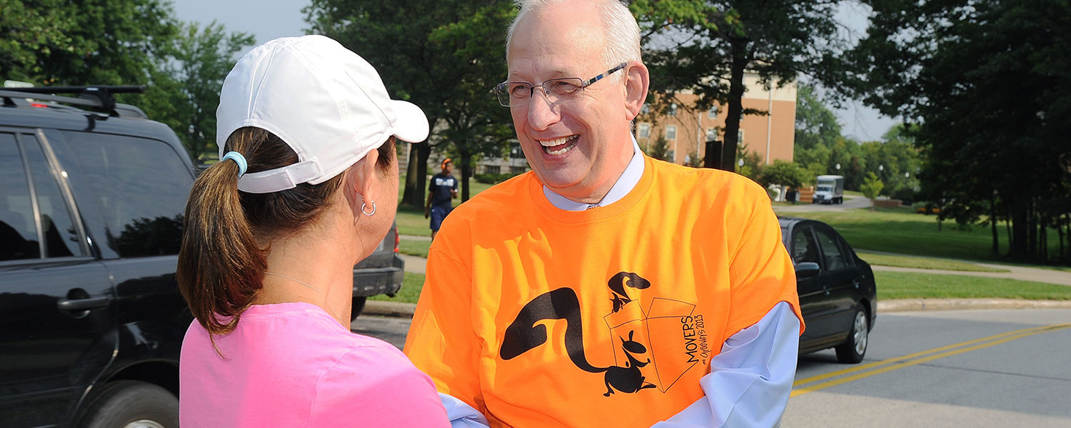 Kent State President Lester A. Lefton welcomes a family to campus during freshman move-in day.