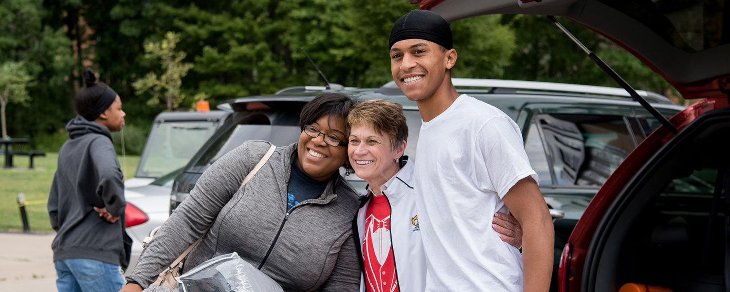 Kent State President Beverly Warren greets a parent and a new Kent State student during freshman move-in day.