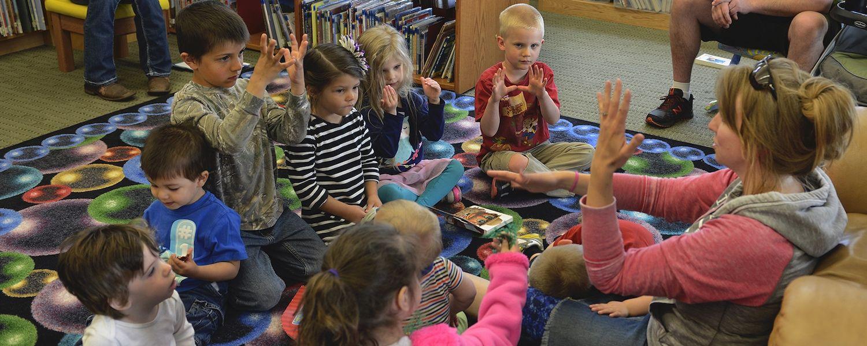 Preschool children learning sign language (free stock photo)