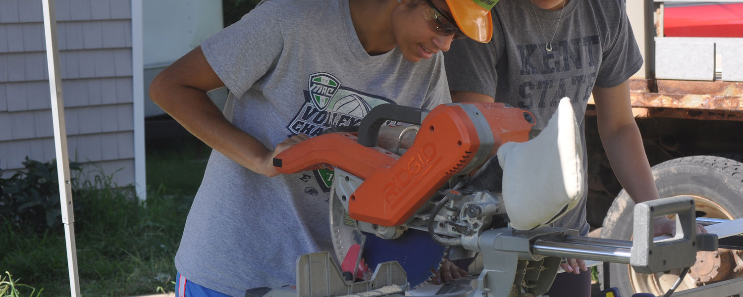Kent State Volleyball players use power tools to help with Habitat home