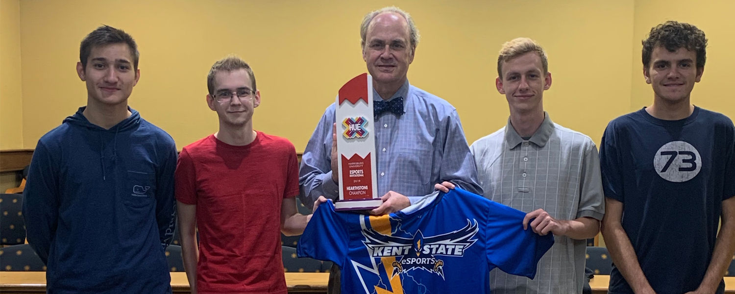 Kent State's varsity Hearthstone team members poses with Kent State President Todd Diacon days after winning the HUE Invitational.