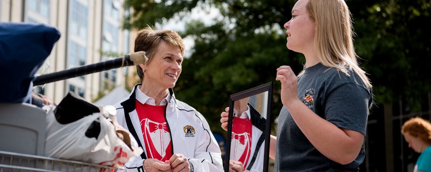 Kent State President Beverly Warren talks with students on Move-In Day.