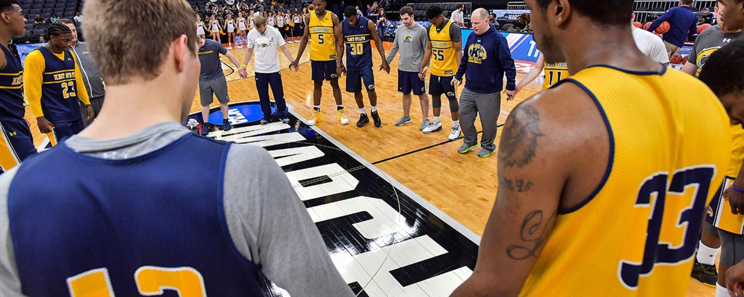 Kent State gathers for a moment of silence before practicing for the NCAA Tournament