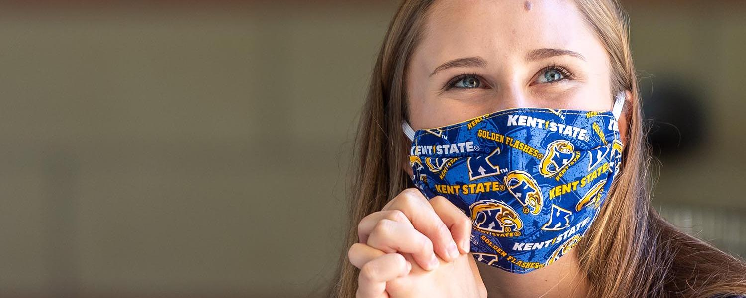 A student wears a Kent State mask during the COVID-19 pandemic