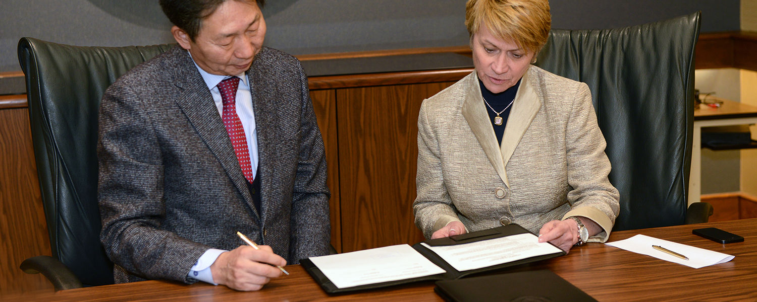 Dankook University President Chang Ho-sung signs an agreement with Kent State University President Beverly Warren to expand the relationship between the two institutions.