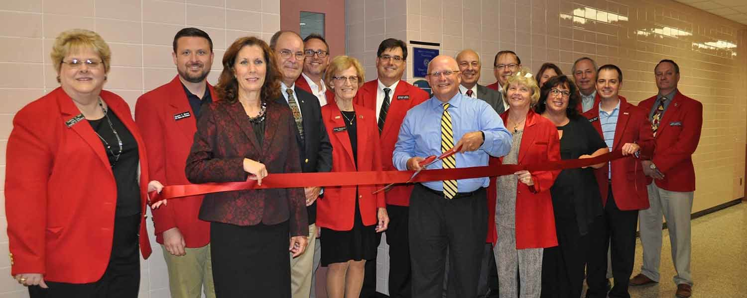 The Salem Area Chamber of Commerce Ambassadors led the ribbon-cutting ceremony for Kent State Salem's new virtual reality classroom.