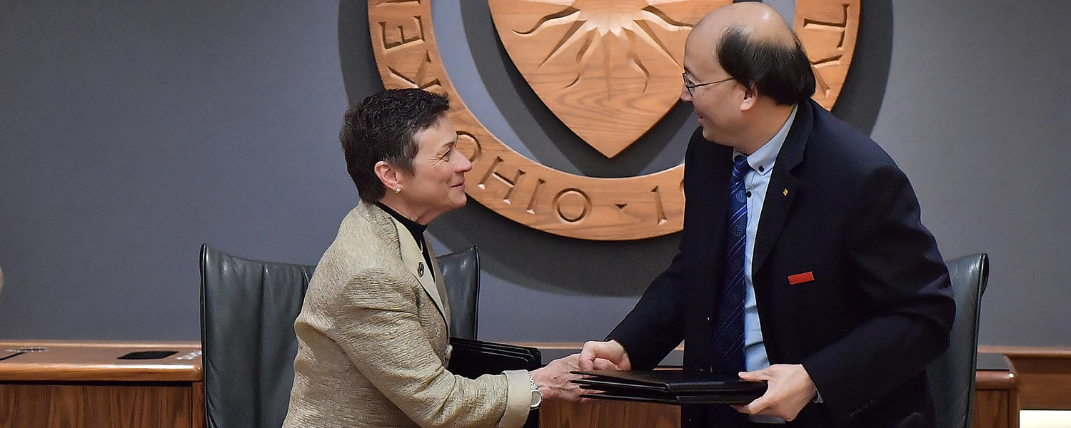 Kent State University President Beverly Warren meets with Xi'An International Studies University Wang Junzhe for a signing ceremony.
