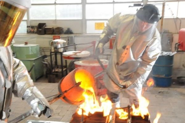 photo of foundry students pouring molten metal