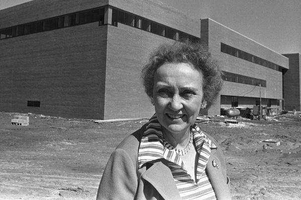 Linnea Henderson, founding Dean of the School of Nursing, standing in front of the nursing building, her namesake.
