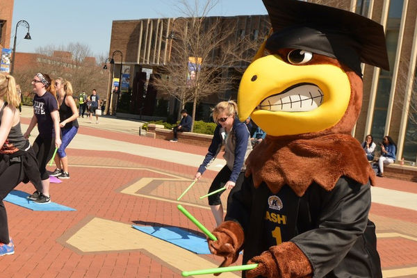Kent State mascot joins outdoor Pound class