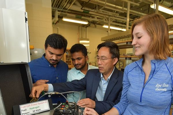 photo ZEV students investigate hydogen fuel cell